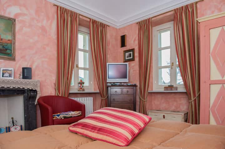 Villa Mirano B&B Red Room
