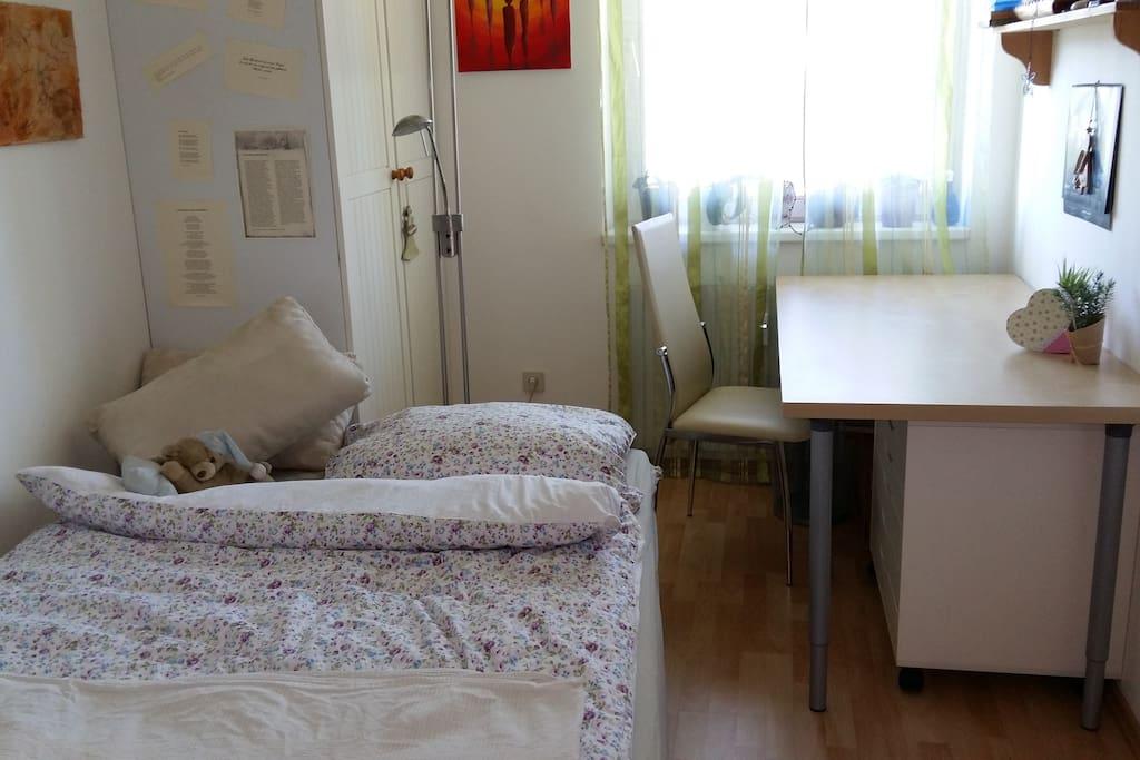 das kleine Schlafzimmer mit Arbeitsbereich