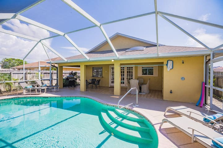 Tropical Naples Villa...Walk to Beach..Heated Pool