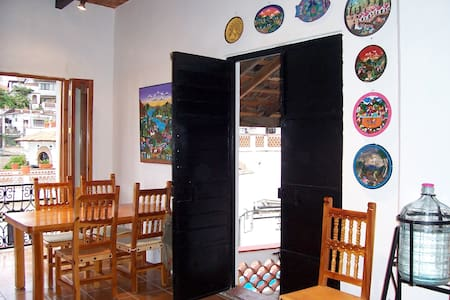 Stay A block from the Plaza - Taxco - 一軒家