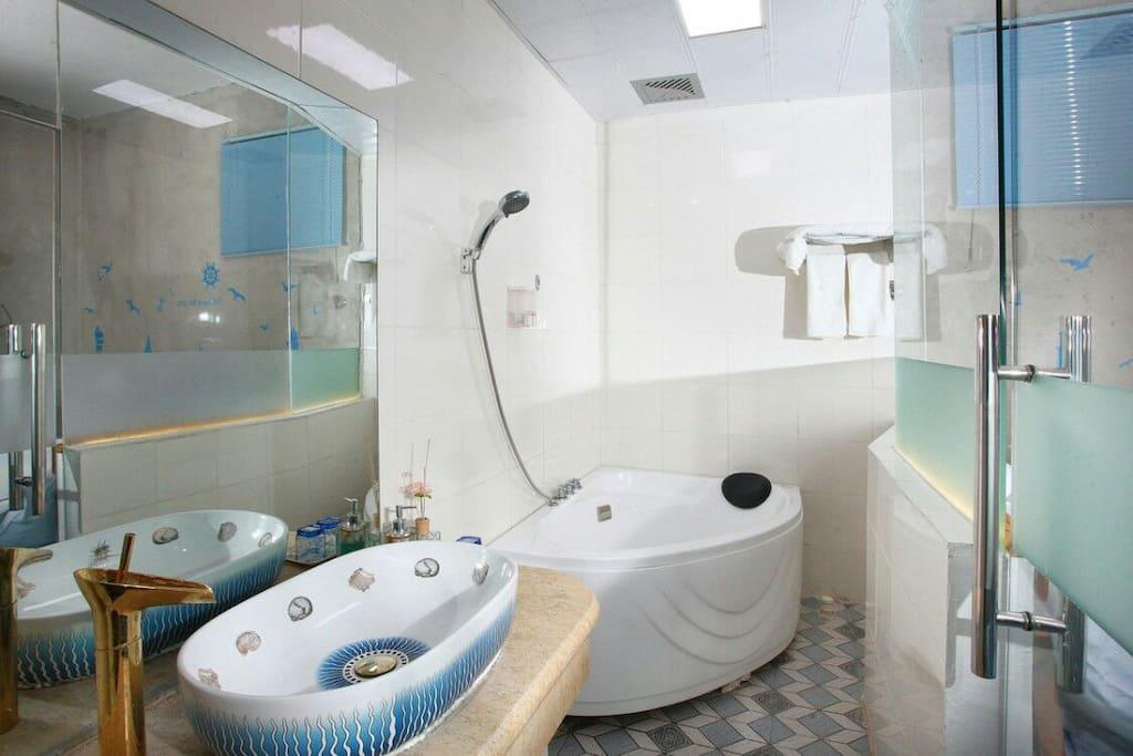 有淋浴和浴缸,24小时热水。