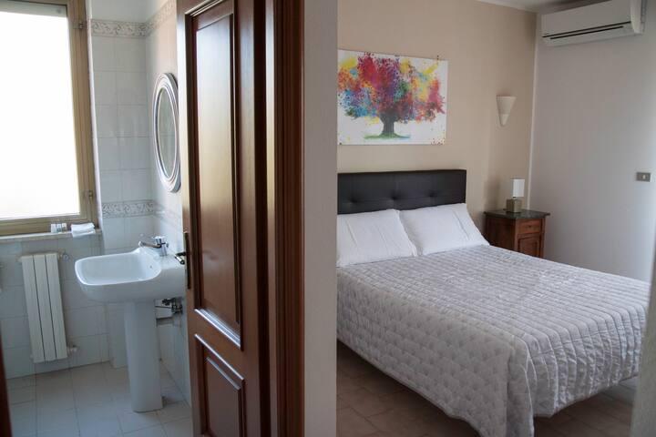 Camera con bagno dedicato.