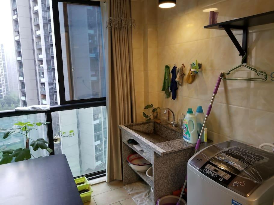 阳台,手洗机洗可自选,可提供洗衣液、柔顺剂、消毒剂等。另附机麻(主人不打麻将,不约)