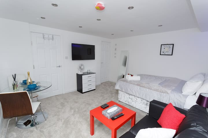 Stylish Studio minutes from LEEDS CENTRE