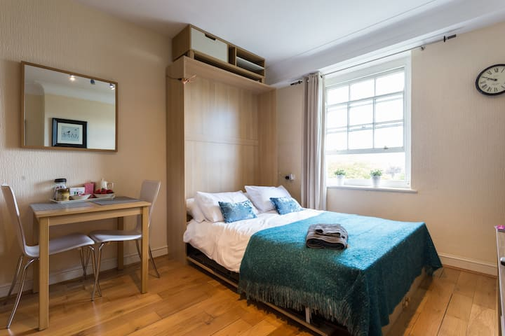 Beautiful Studio Flat by  Regents park