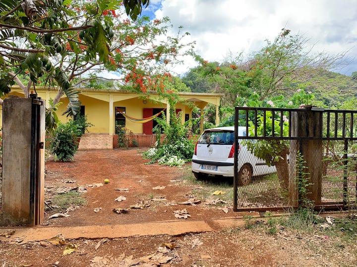 Maison dans la campagne tropicale