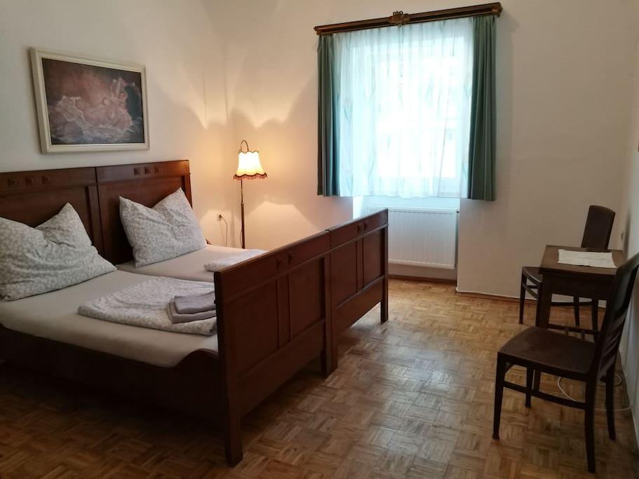 Schlafzimmer mit 2 Betten (ein drittes Bett kann zusätzlich eingerichtet werden).