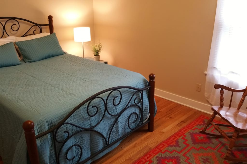 Keyless private guest code security lock, WiFi, Queen-sized bed, towels, closet with shelving/hangers.