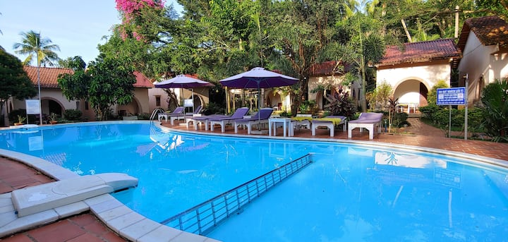 couple-friendly ⛱ beach nearby ☀pool ✈free pick-up