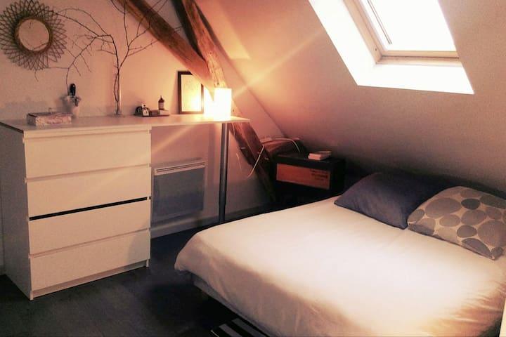 Agréable chambre dans longère vue sur chateau