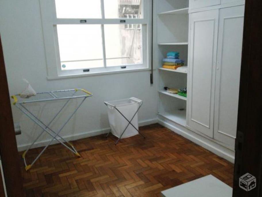 o apartamento contas com roupa de cama e varal para os hospedes utilizarem