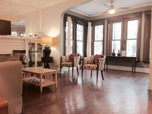 Bright and Large 3 bedroom close Red Line Train - Chicago - Appartement en résidence