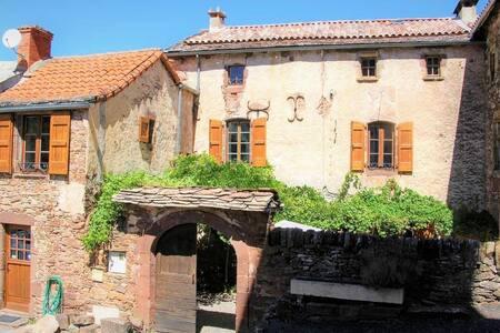 Roque Rouge, grand gîte familial en Aveyron