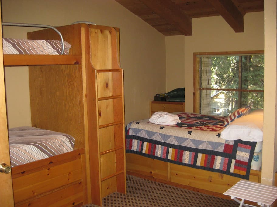 Bunkroom with two double beds and four bunks