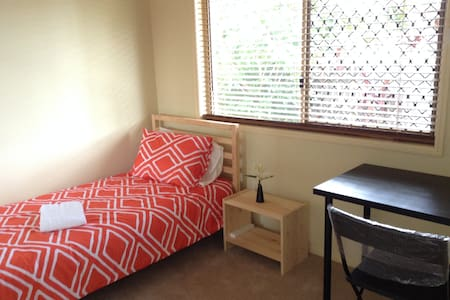 Room No.3 with single bed - Calamvale - Huis