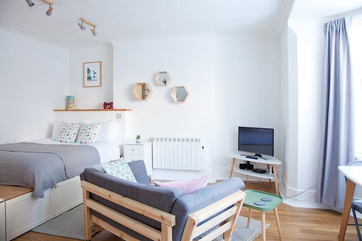 Cosy Hideaway ~ Stylish Studio near the beach