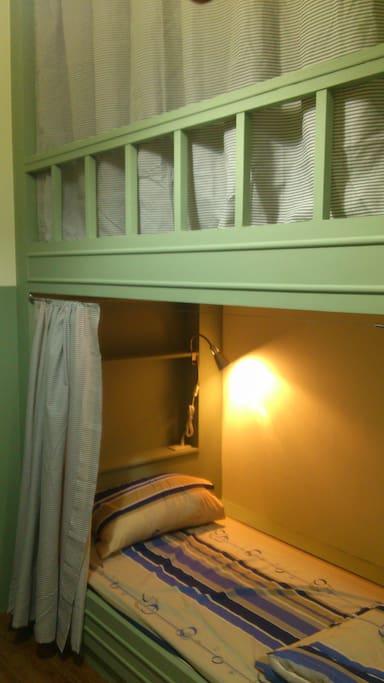 背包客棧裡每個床位皆有小燈及插座