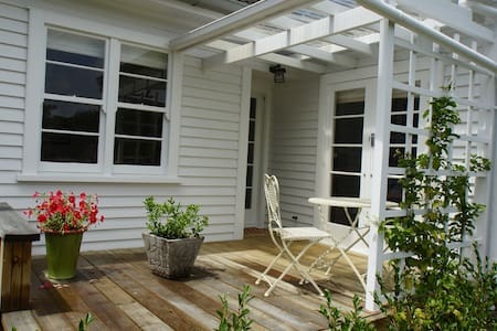 Cosy and Relaxed Close to Town - Gisborne