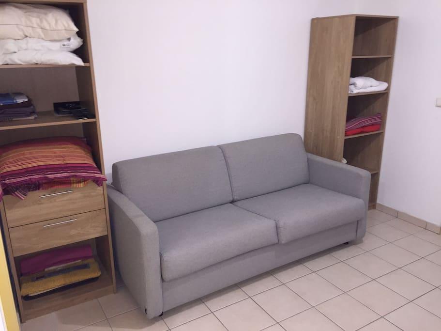 Intérieur lumineux, canapé-lit pour 2 personnes et rangements