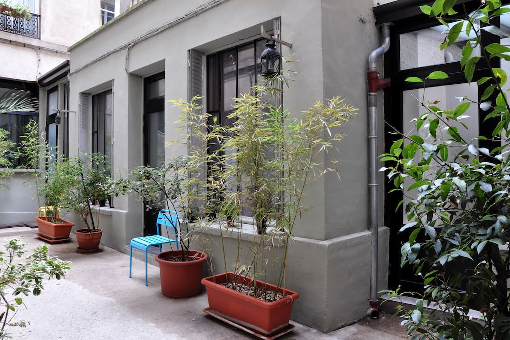 Located ground floor of a 1800e building. Access & View on a small & quiet courtyard with other Lofts !