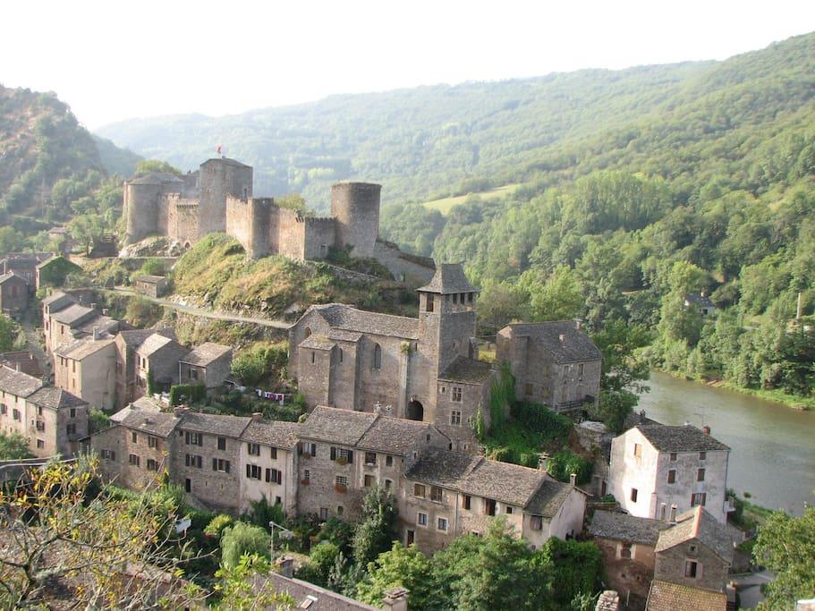 le village de Brousse le Château au bord de l'eau avec de nombreuses balades au départ de la maison