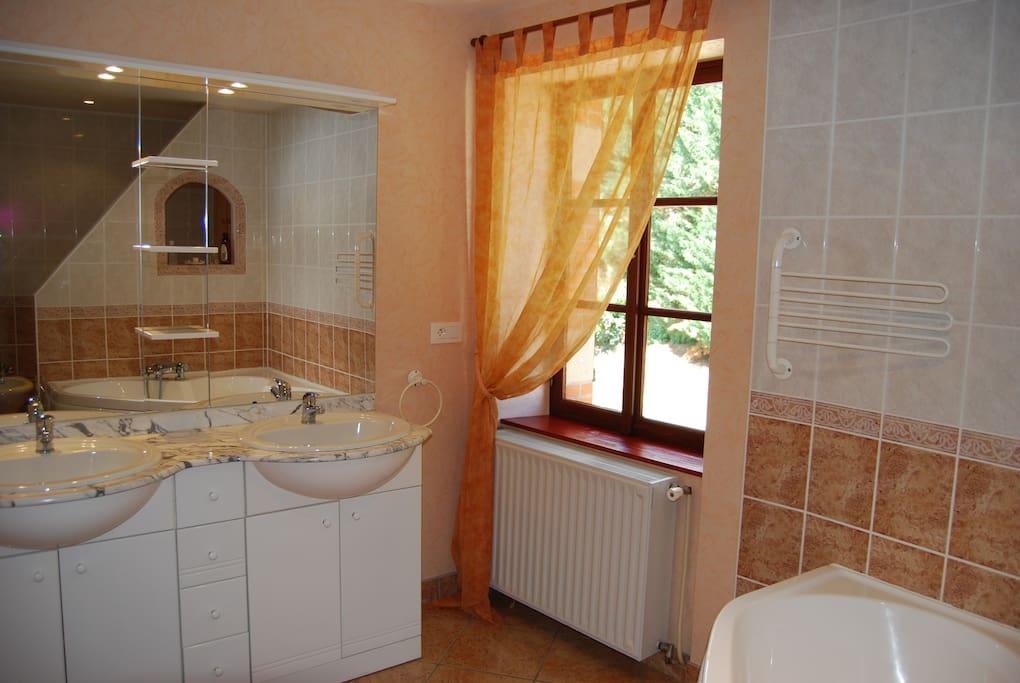 salle de bain coté fenetre