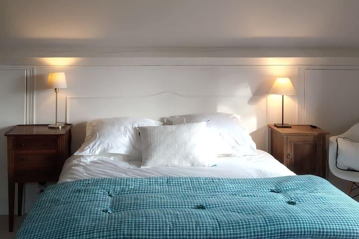Autre chambre au 1 er étage, draps en coton biologique.