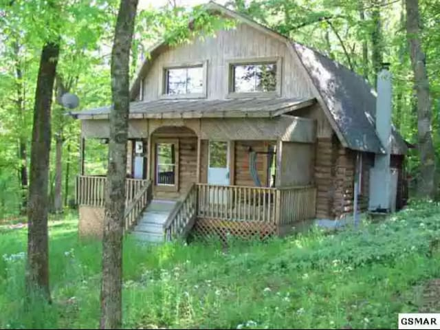 Cozy 3bd Cabin off Boyd's Creek away from traffic