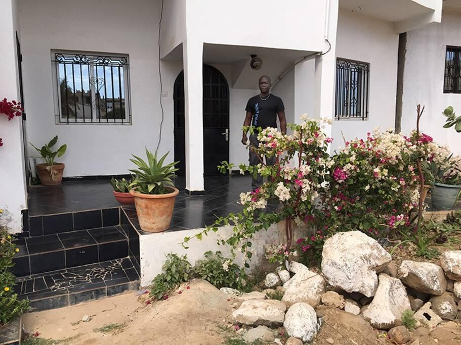 La façade de la maison et Abdoul