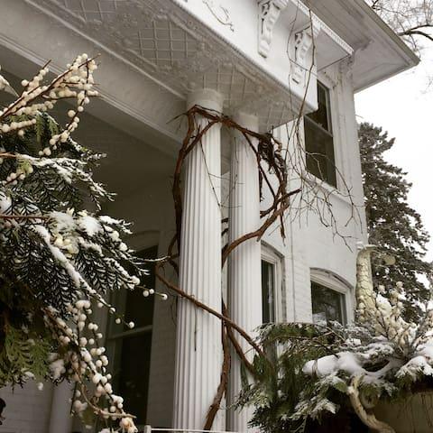 Eloraswhitegarden Italian Garden Suite