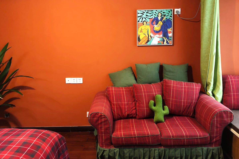 复古砖红色的墙壁 墨西哥仙人掌