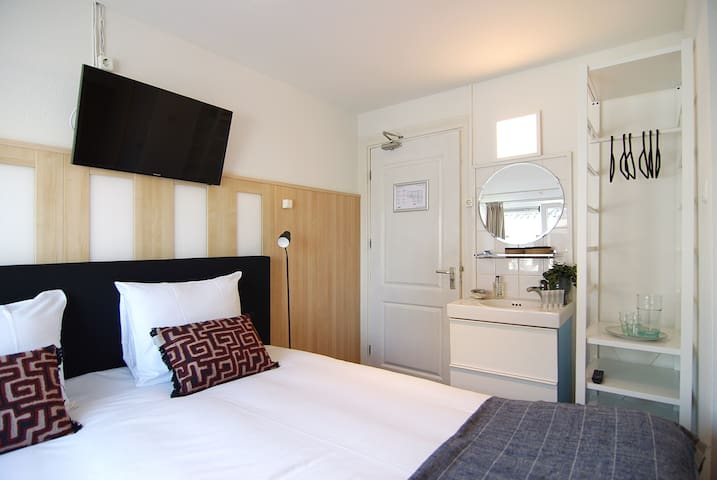 Small King Suite, 5 minutes from the beach or city centre