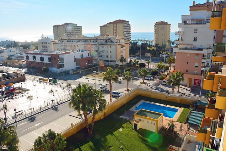Vistas al mar y a la piscina del edificio