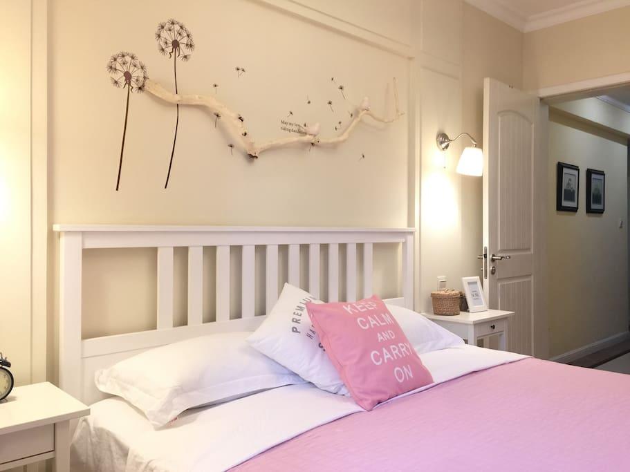 主卧。1.9*2米的床,5星级优质全棉床品