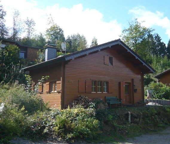 Idyllisches Holzblockhaus im Wald. - Bergneustadt - Casa