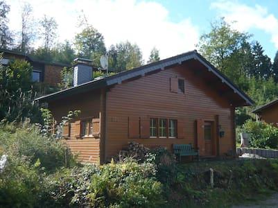 Idyllisches Holzblockhaus im Wald. - Bergneustadt - Hus