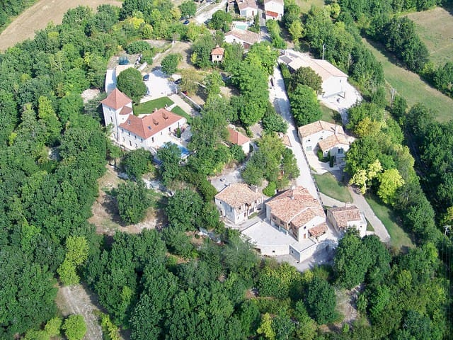 The house is in the old bastide with access to terrace, wifi, library, private woods