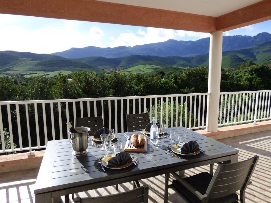 Profitez de repas sur la terrasse à l'ombre avec vue sur les montagnes et le maquis