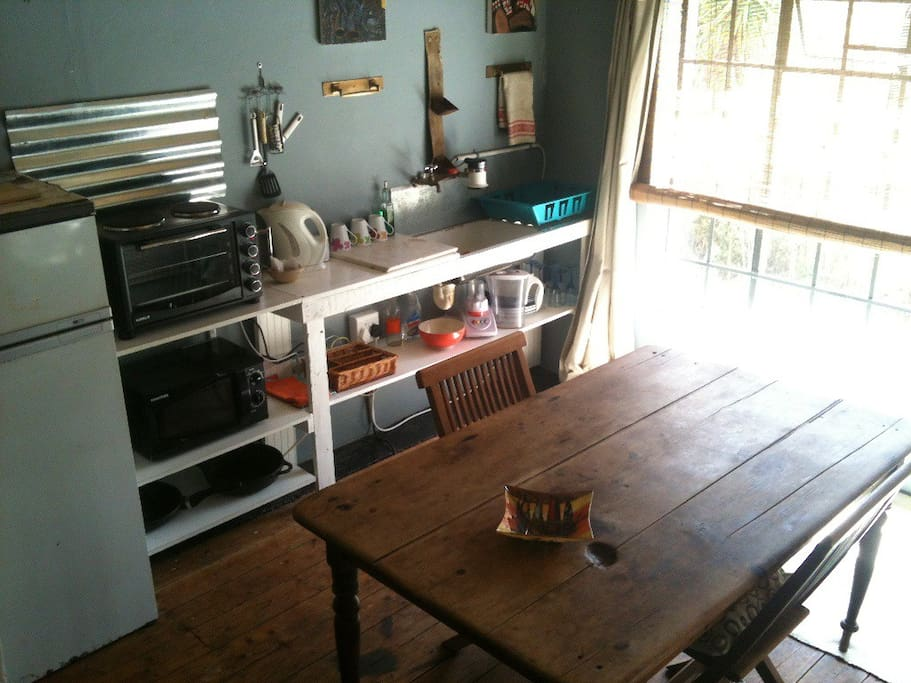 Fully equipped kitchenette with dining table