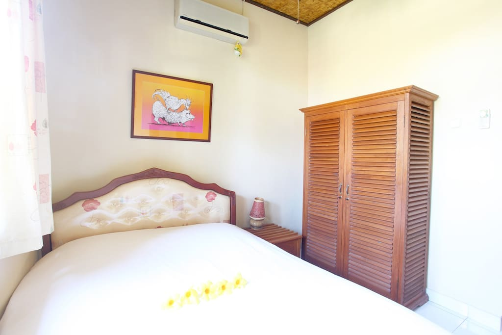 Bedroom with double bed, safe deposit