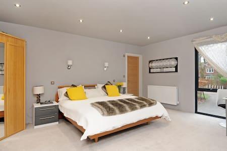Luxury room in Woodham nr. A3 & M25 near Peaceful - Addlestone - Huis