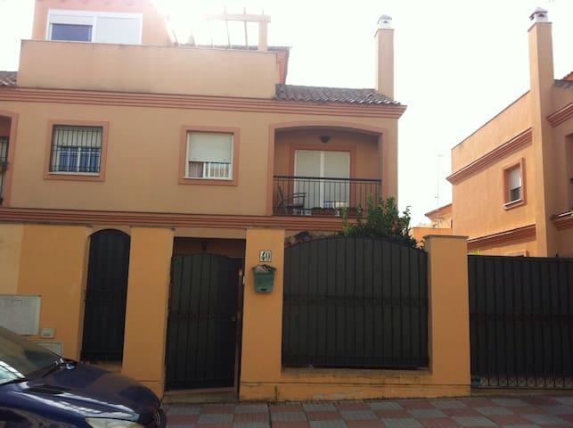 Habitaciones en Casa Pareada - Tomares - กระท่อมบนภูเขา