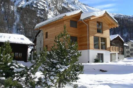 Grosszügiges Ferienhaus in idyllischer Bergwelt - Saas-Almagell - 独立屋