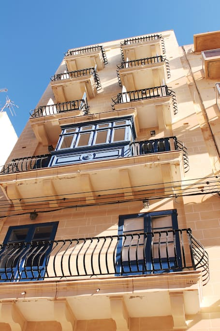 Facade having Maltese architectural features