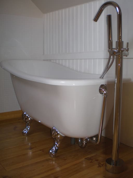 Feature slipper roll top bath - perfectly romantic for a hot bubble bath and a glass of wine maybe?