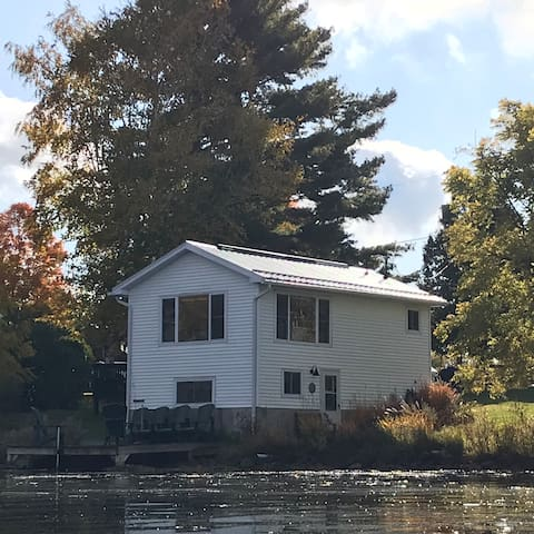 Cozy Cottage Escape -at waters edge in Westport ON