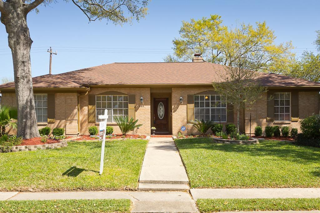 Beautiful tree lined street with easy access to Beltway & I-10.