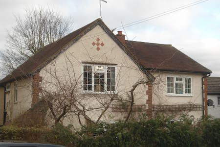Family home, 23miles central London - Huis