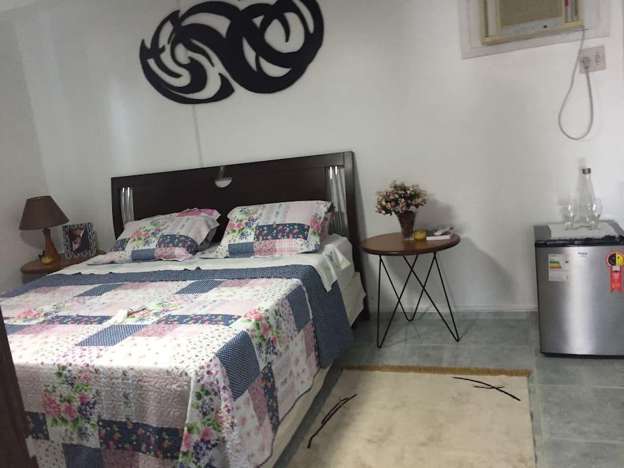 Terceiro quarto com cama King, suite e ar condicionado e frigobar