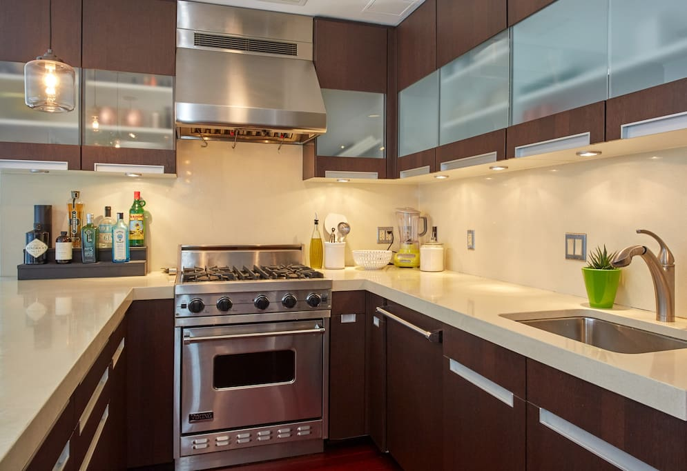 Fully equipped kitchen equipped with stove, oven, toaster, microwave and fridge